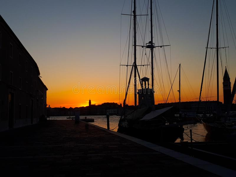 Sonnenuntergang in Venedig am Pier stockbild