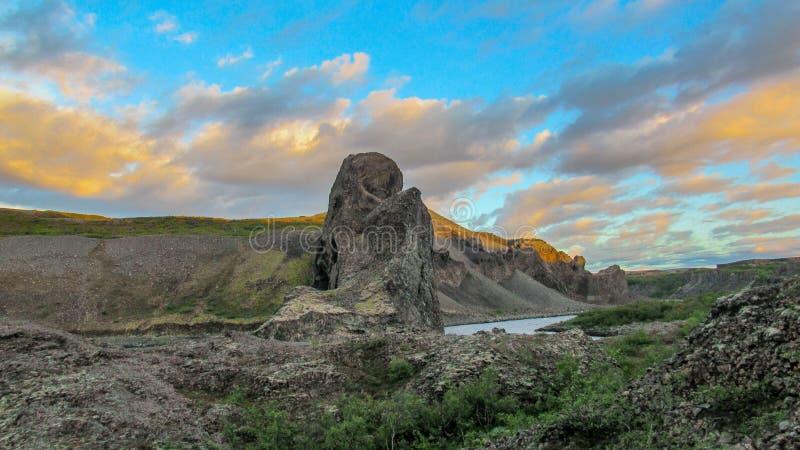 """Sonnenuntergang in Vesturdalur-†""""Basaltsäulebildungen †""""Asbyrgi während des Sonnenuntergangs, Nationalpark Vatnajokull, Islan stockfotos"""