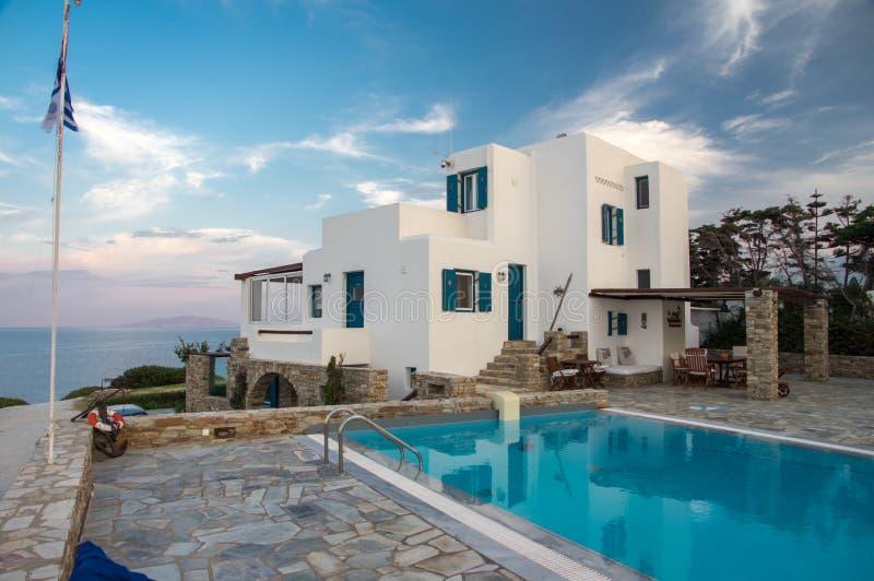 Sonnenuntergang Vila und Poolansicht während des heißen Sommertages auf Antiparos-Insel in den Kykladen in Griechenland lizenzfreies stockbild
