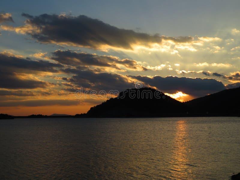 Sonnenuntergang vom Aoos See, Epirus Griechenland lizenzfreie stockfotografie