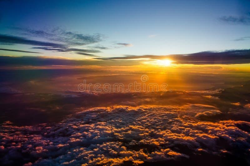 Sonnenuntergang vom Flugzeug stockbild