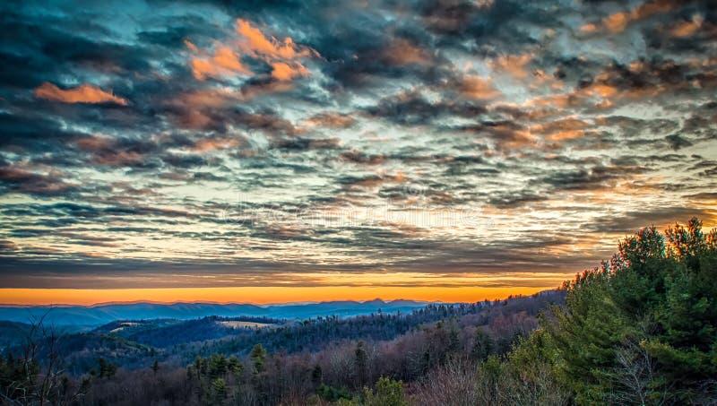 Sonnenuntergang von übersehen auf blauen Ridge Parkway stockbilder
