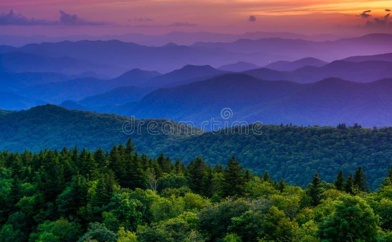 Sonnenuntergang von Cowee-Bergen übersehen, auf blauen Ridge Parkway lizenzfreies stockbild