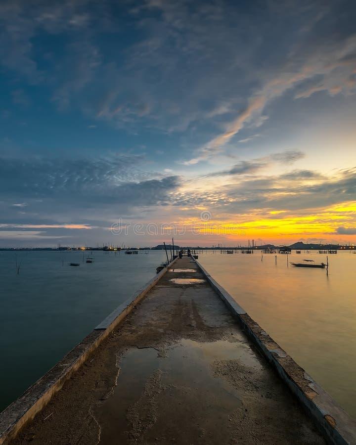 Sonnenuntergang von der Anlegestelle in tg-pinggir Batam-Insel Indonesien lizenzfreies stockfoto
