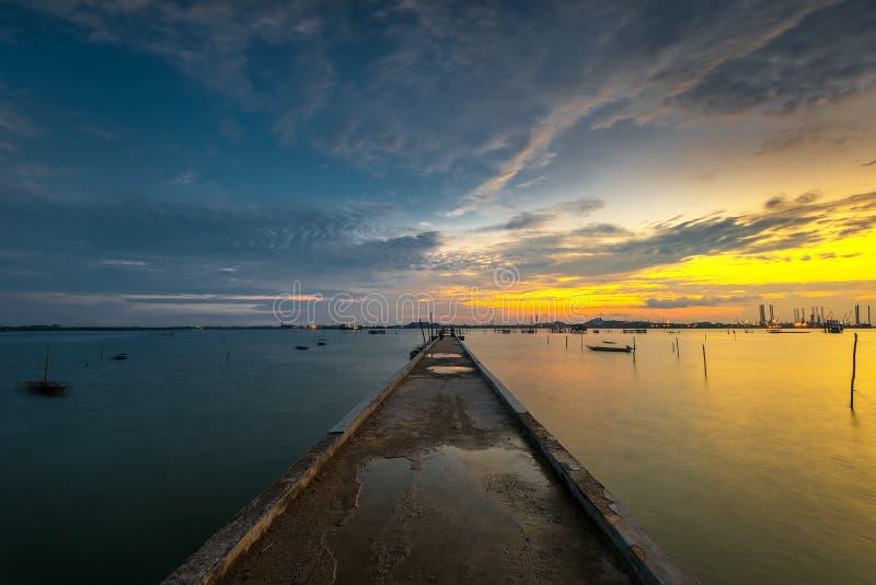 Sonnenuntergang von der Anlegestelle in tg-pinggir Batam-Insel Indonesien stockfotografie