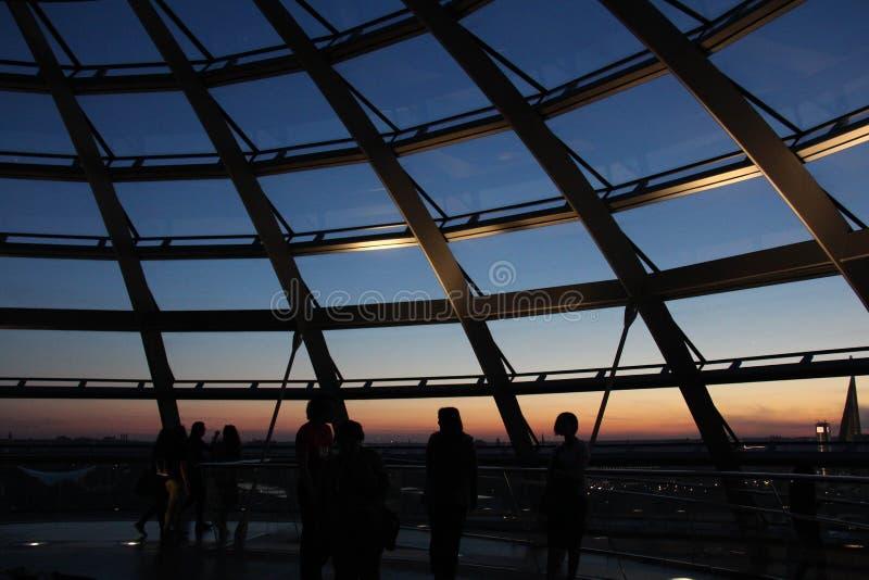 Sonnenuntergang von der Dachspitze des Gebäudes stockfoto
