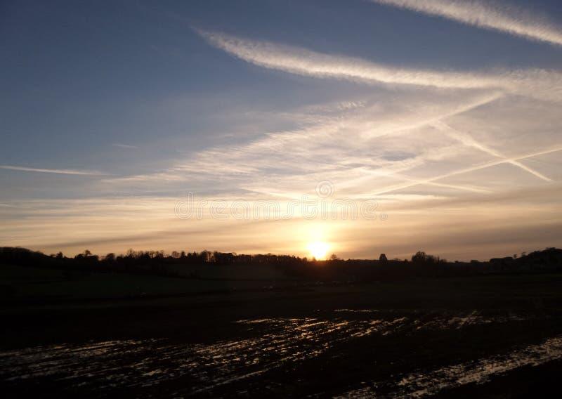 Sonnenuntergang von einem laufenden Zug stockbild