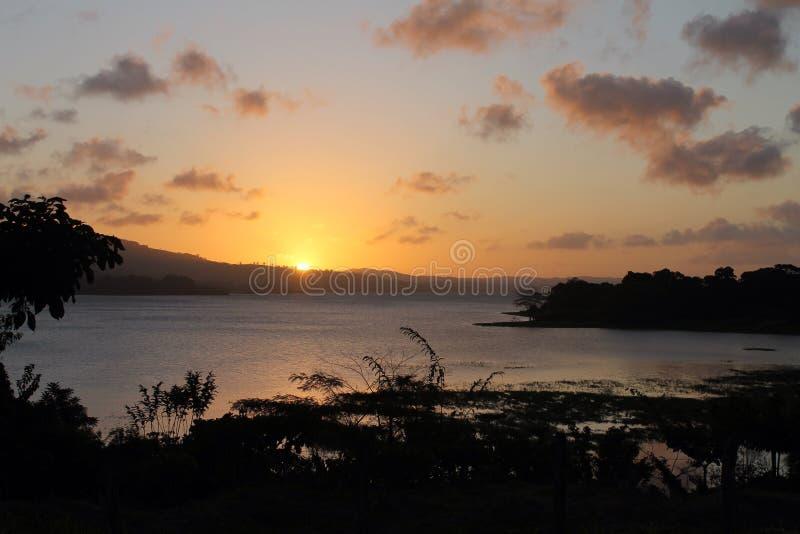 Sonnenuntergang von See Arenal Costa Rica lizenzfreie stockbilder