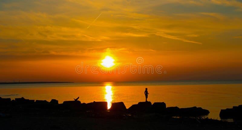 Sonnenuntergang vor der felsigen Küste in Cleveland stockbilder