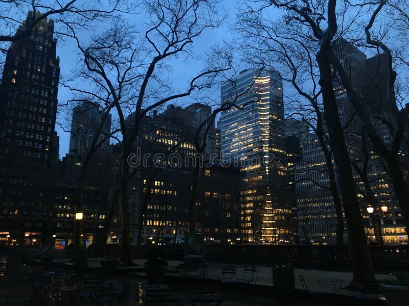 Sonnenuntergang während des regnerischen bewölkten Tages im Frühjahr in Bryant Park in Manhattan, New York, NY stockfotografie