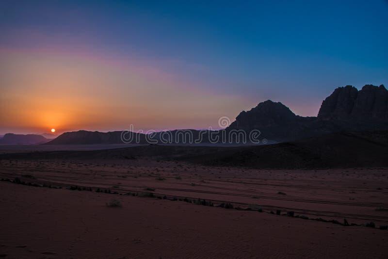 Sonnenuntergang Wadi Rum Jordan lizenzfreies stockfoto
