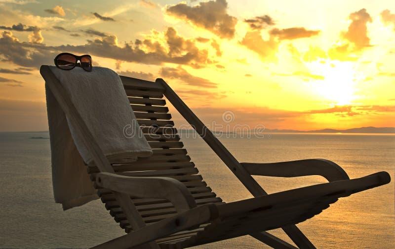 Sonnenuntergang. Wagenaufenthaltsraum mit einem Tuch und Sonnenbrillen stockfotografie