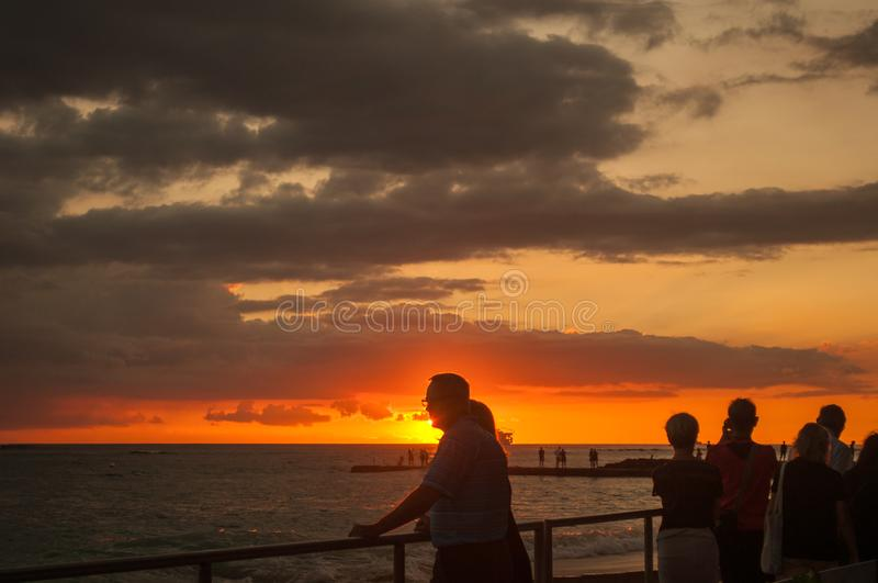 Sonnenuntergang an Waikiki-Bucht in Honolulu, Hawaii stockfotografie