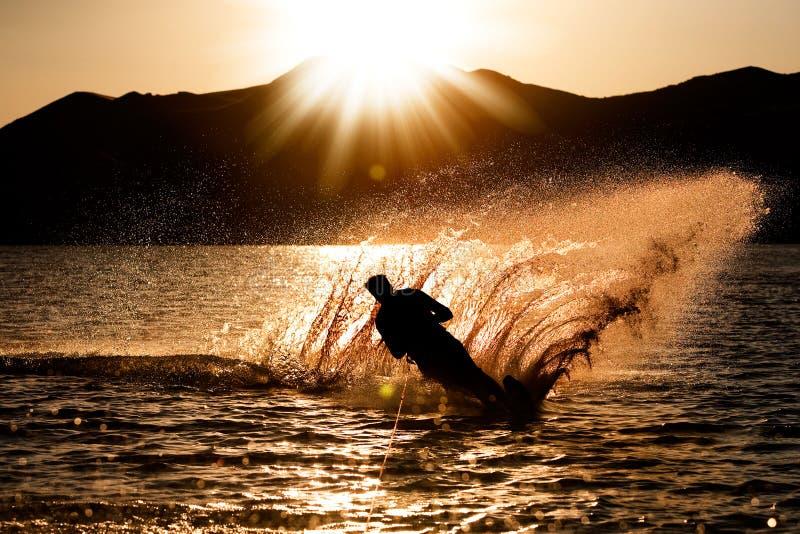 Sonnenuntergang Waterski stockbild