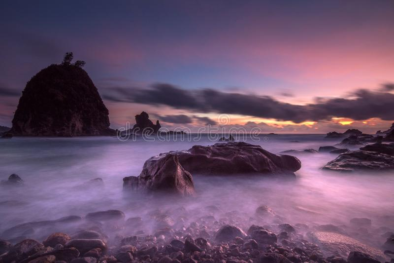 Sonnenuntergang an Watulumbungs-Strand, Gunungkidul, Yogyakarta stockbilder
