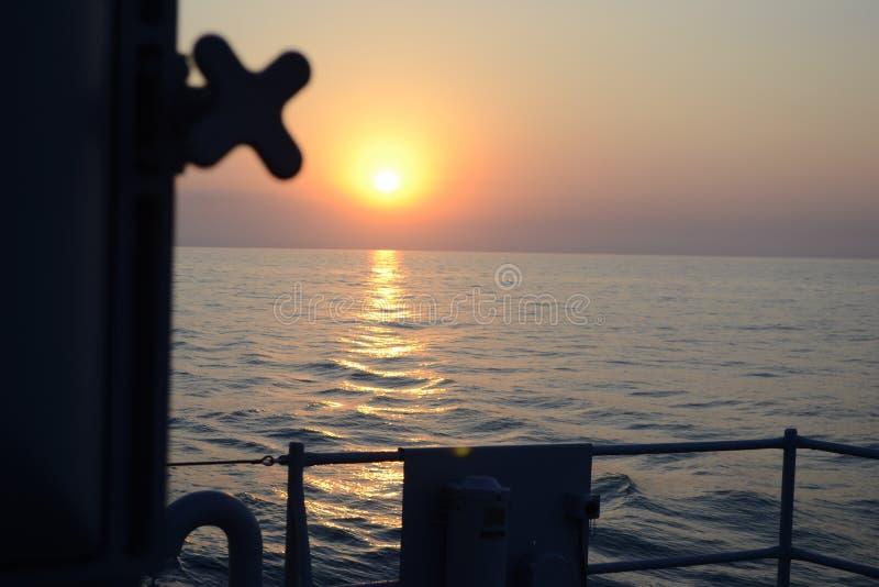 Sonnenuntergang weit weg vom Haus in Schwarzem Meer lizenzfreie stockfotos