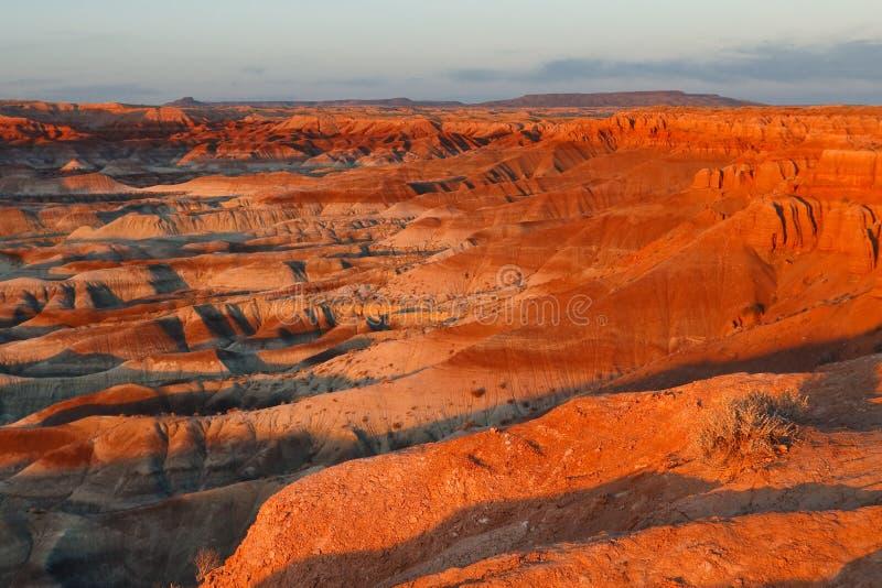 Sonnenuntergang an weniger gemalter Wüste, Arizona lizenzfreie stockbilder