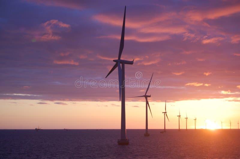 Sonnenuntergang am Windpark Roedsand 2 DK lizenzfreies stockbild