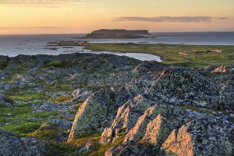 Sonnenuntergang an Zusatzwiesen Viking Settlement L'Anse lizenzfreie stockfotos