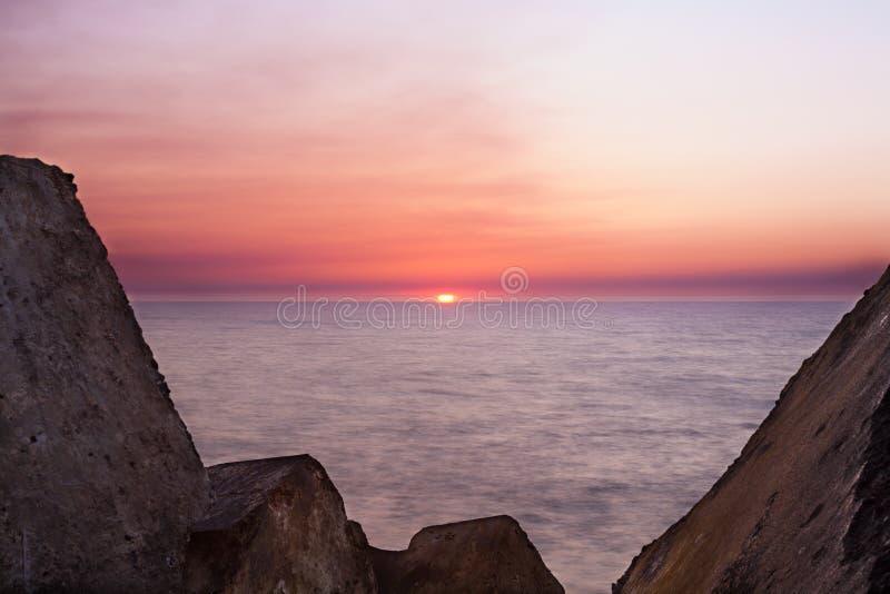 Sonnenuntergang zwischen den Felsen stockbild