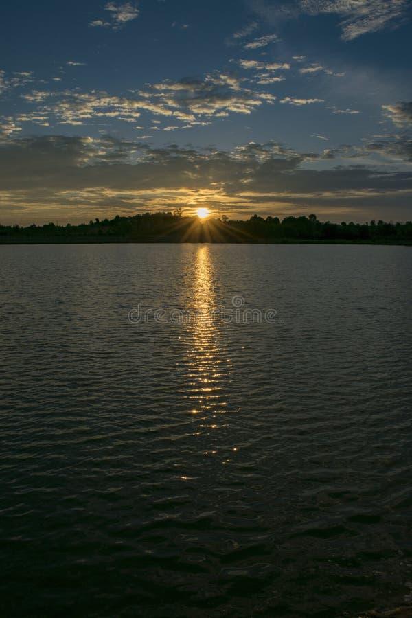 Sonnenuntergangansicht über den See stockfotos
