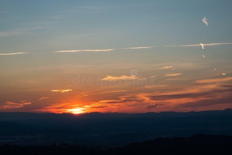 Sonnenuntergangansicht über die Skyline mit Bergen und Natur lizenzfreie stockbilder