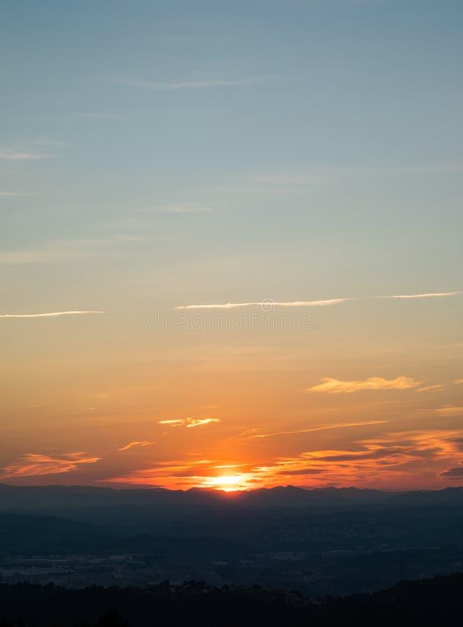 Sonnenuntergangansicht über die Skyline mit Bergen und Natur lizenzfreie stockfotos