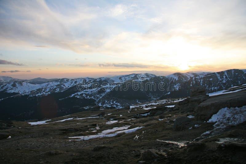 Sonnenuntergangansicht über Karpatenberge stockbilder