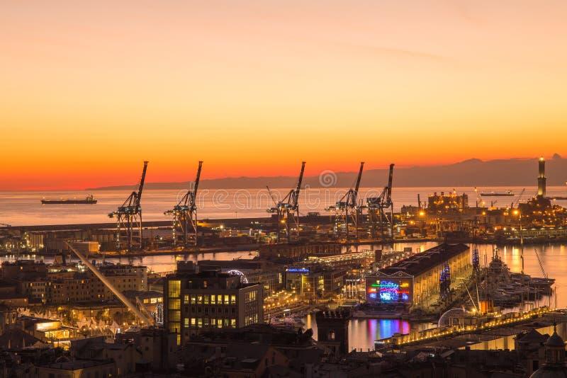 Sonnenuntergangansicht der Stadt von Genua, Italien Der Hafen mit Lanterna, das Symbol der Stadt stockbilder