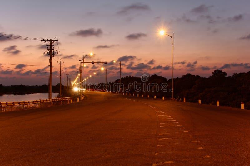 Sonnenuntergangansicht der Straße, zu gehen Gruppen-Brücke - Vietnam stockfotografie