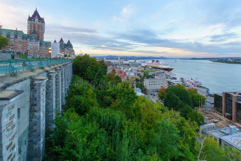 Sonnenuntergangansicht des Chateaus Frontenac und der unteren Stadt, Québec-Stadt stockbilder