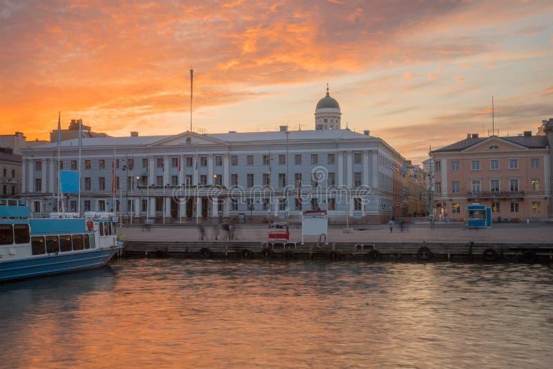 Sonnenuntergangansicht des Südhafens und des Marktplatzes, mit dem Rathaus und der lutherischen Kathedrale, in Helsinki stockfoto
