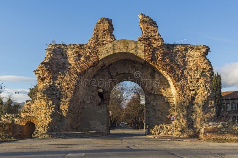 Sonnenuntergangansicht des S?dtors wissen als die Kamele an den r?mischen Verst?rkungen in der alten Stadt von Diocletianopolis,  lizenzfreies stockbild