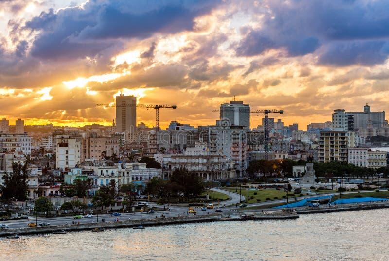 Sonnenuntergangansicht im alten Stadtzentrum, Havana lizenzfreies stockbild