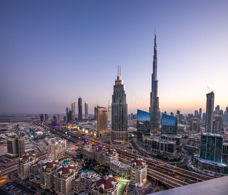 Sonnenuntergangansicht im Stadtzentrum gelegenen Bezirkes Dubais lizenzfreie stockfotografie