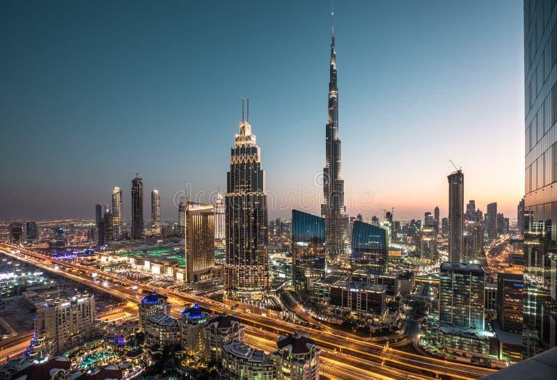 Sonnenuntergangansicht im Stadtzentrum gelegenen Bezirkes Dubais stockbild