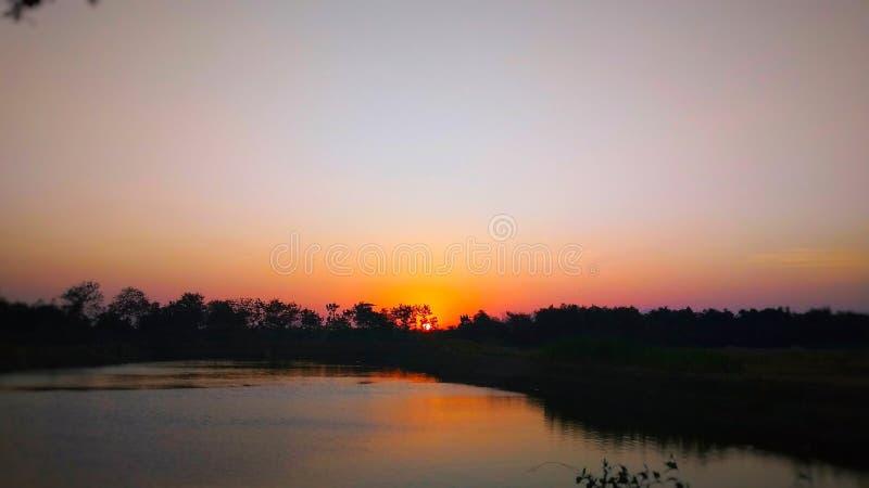 Sonnenuntergangansicht am Rand des Reservoirs stockfotos