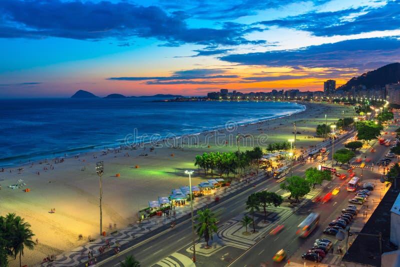 Sonnenuntergangansicht von Copacabana-Strand in Rio de Janeiro, Brasilien stockbild