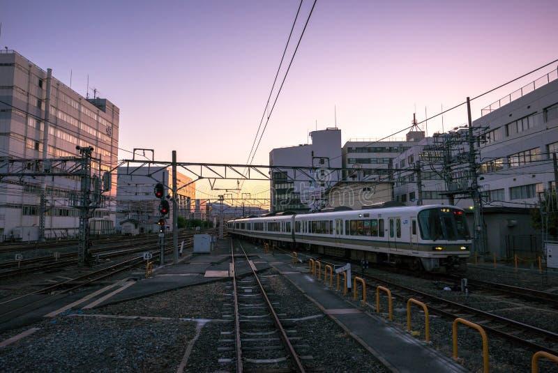 Sonnenuntergangansicht von der Japan-Zugplattform an JR. Kyoto-Station lizenzfreies stockbild