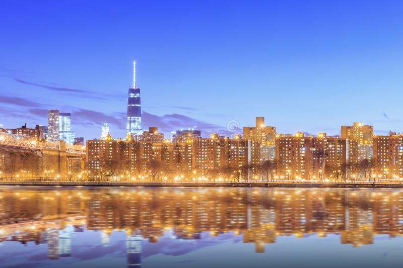 Sonnenuntergangansicht von New York City und von Reflexion stockfoto