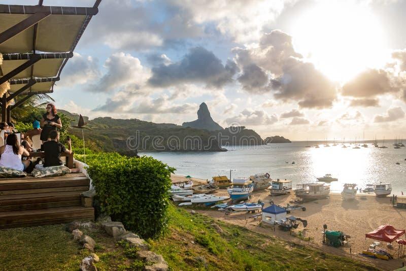 Sonnenuntergangansicht von Praia tun Porto mit Morro tun Pico auf Hintergrund von Mergulhao-Restaurant - Fernando de Noronha, Per stockbilder