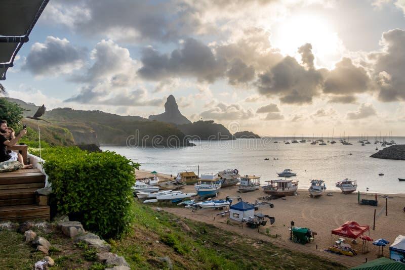Sonnenuntergangansicht von Praia tun Porto mit Morro tun Pico auf Hintergrund von Mergulhao-Restaurant - Fernando de Noronha, Per lizenzfreie stockbilder