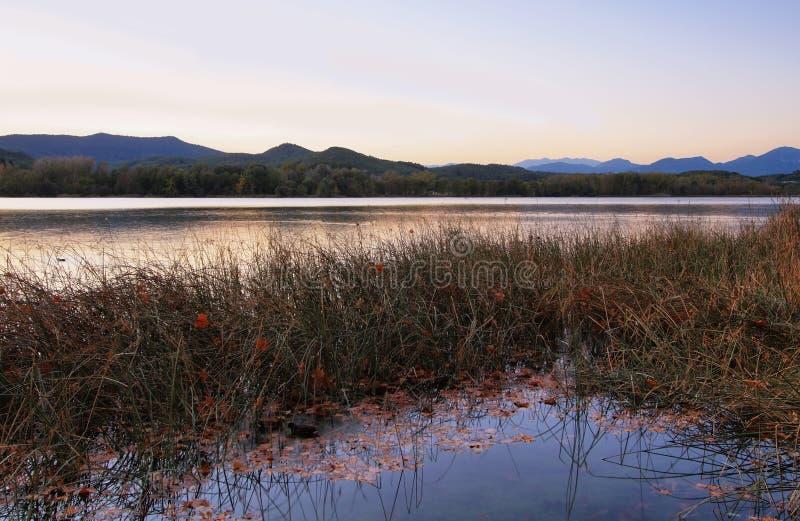 Sonnenuntergangansicht von See Banyoles stockbilder