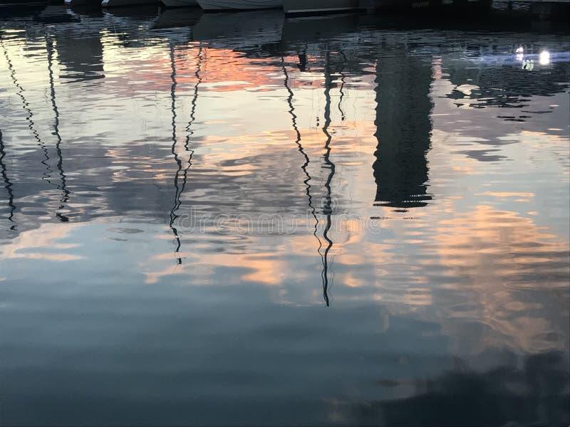 Sonnenuntergangaufflackern, Sonnenuntergang ?ber dem Hafen von Alicante, Spanien stockbilder