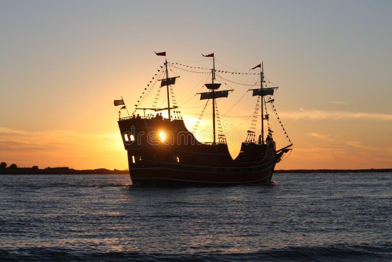Sonnenuntergangausflugboot lizenzfreie stockfotografie