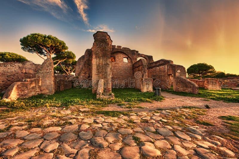 Sonnenuntergangblick von der Kopfsteinstraße in alten Ostia-Ruinen stockfoto