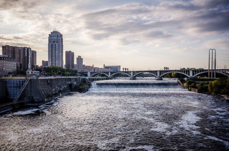 Sonnenuntergangdämmerungsansicht von Skylinen Minneapolis Minnesota, wie vom Fluss Mississipi gesehen lizenzfreie stockfotos
