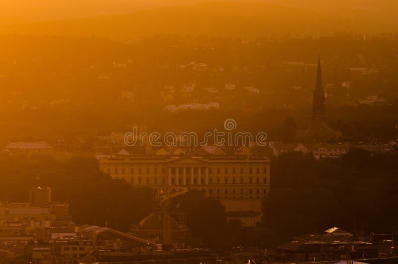Sonnenuntergangdunst über königlichem Palast in Oslo, Norwegen lizenzfreie stockfotografie