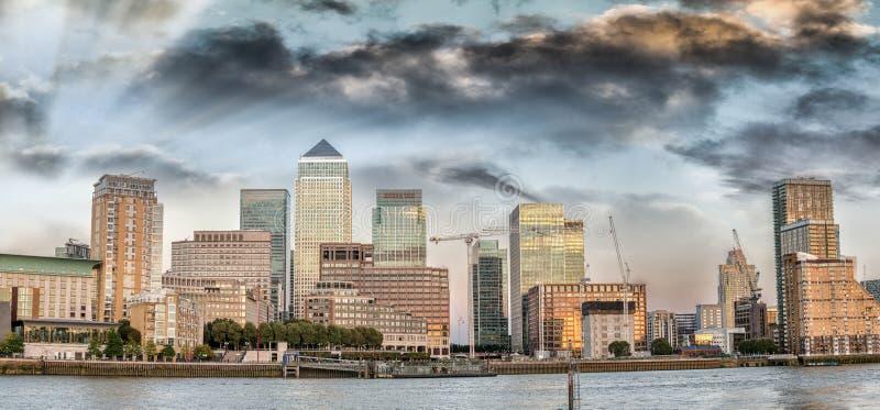 Sonnenuntergangfarben über Canary Wharf-Skylinen, London - Großbritannien stockfotografie