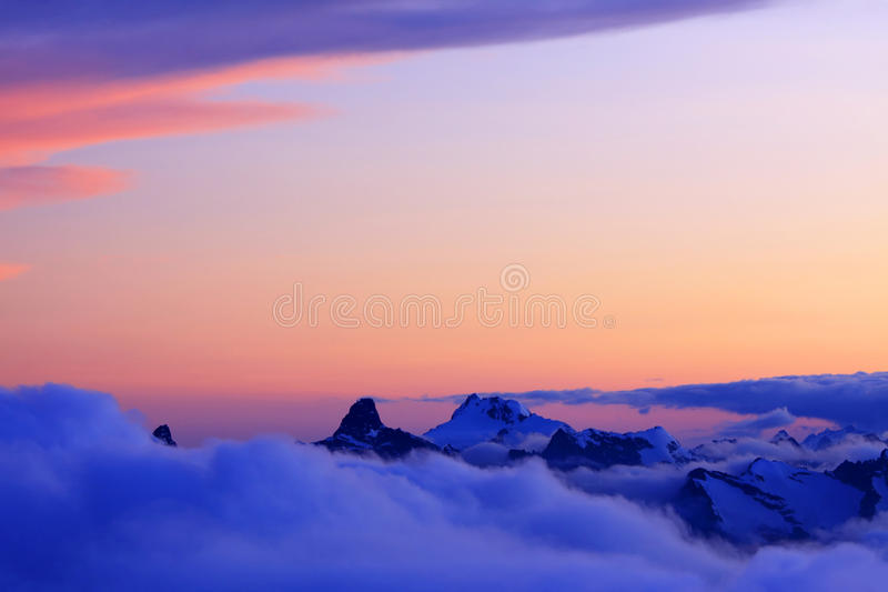 Sonnenuntergangfarben in den Kaukasus-Bergen lizenzfreies stockbild